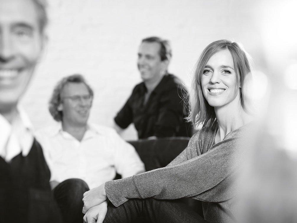 Personengruppe mit Katrin von Chamier im Vordergrund in Schwarz Weiß